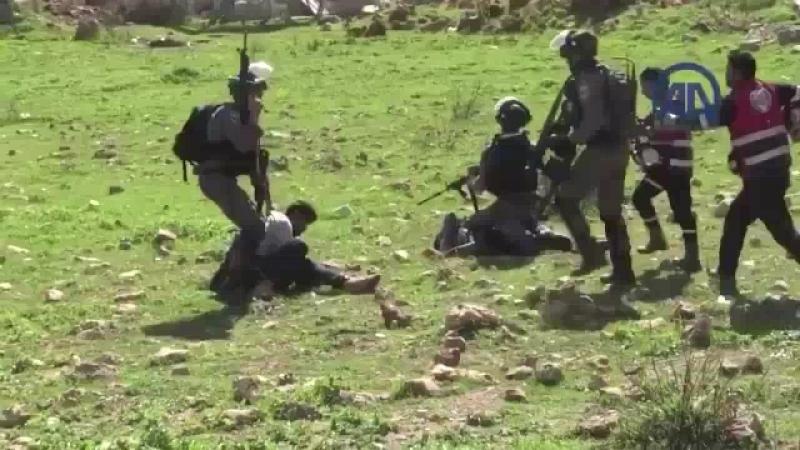 Израильские военные своеобразно взаимодействуют с палестинскими медиками, которые пытаются помочь своим раненым. Ад