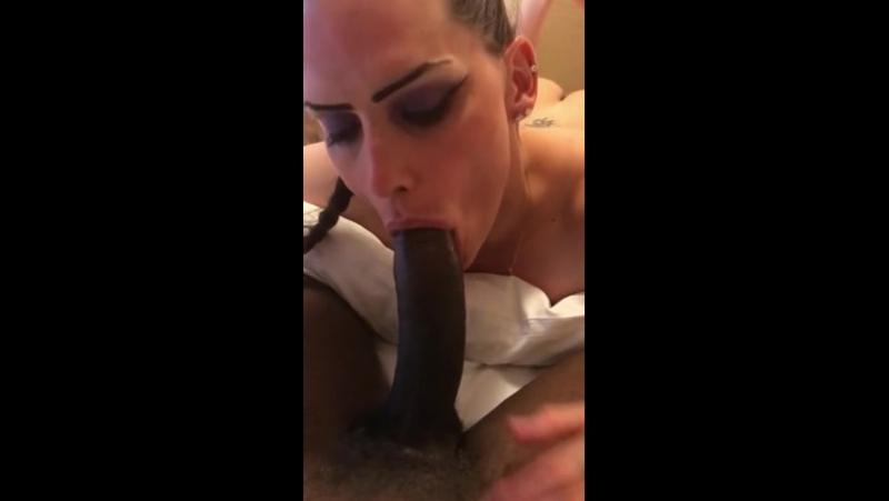 Nikkie Dickie sucks black cock (Красотки Shemale, Трансы TS Ladyboy Трапы Sissy Trap