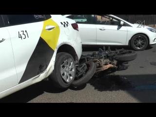 Мотоциклист залетел под задние колеса автомобиля, который ехал впереди него