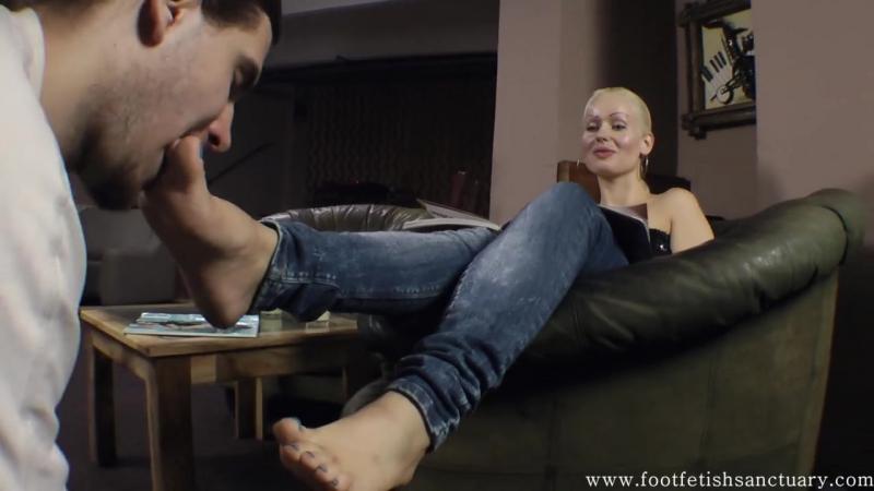 Foot fetish Фут фетиш Вылизывание туфли и ножки femdom feet slave licking shoe heels