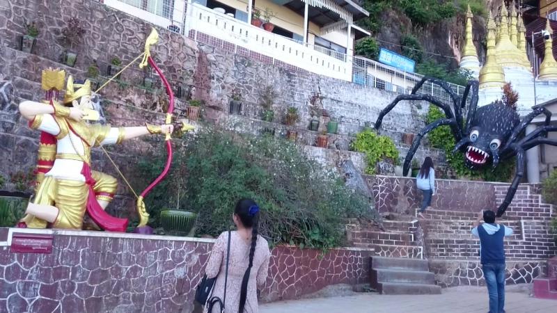 Мьянма Пиндая У входа в знаменитый пещерный храм