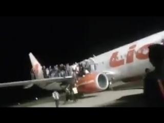 Пассажиры  эвакуировались  на  крыло Lion Air - Jakarta - Indonesia