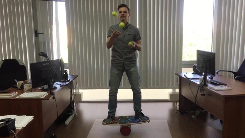 Жонглирую на баланс-борде