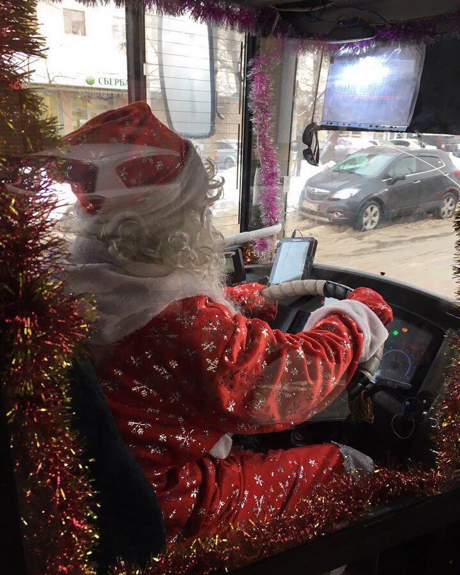 С 25 декабря несколько казанских автобусов будут водить вот такие позитивные Деды Морозы!