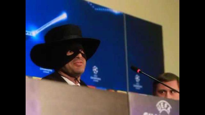 Паулу Фонсека в образе Зорро после выхода Фк Шахтёр в плей-офф ЛЧ Shakhtar's coach Fonseka-...