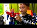 Оптимус Прайм робот трансформер, гора игрушек и башня из машинок