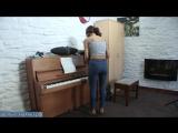 Жена в новых джинсах убирается в квартире демонтирую свою обтягивающую зрелую попку [milf, mature, милф, мамки]