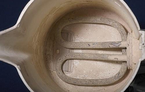 Для удаления накипи с посуды используют щелочи или кислоты. Щелочи не действуют на металл, за исключением алюминия. При обработке щелочью накипь хорошо размягчается. После остается лишь почистить посуду щеткой. Применяют фосфорнокислые соли (тринатрийфосф