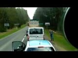 Водитель выбрасывает мусор из машины