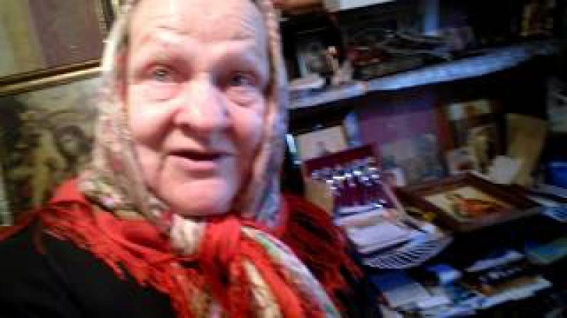 Баба Валя показывает медкнижку с поддельной её подписью.
