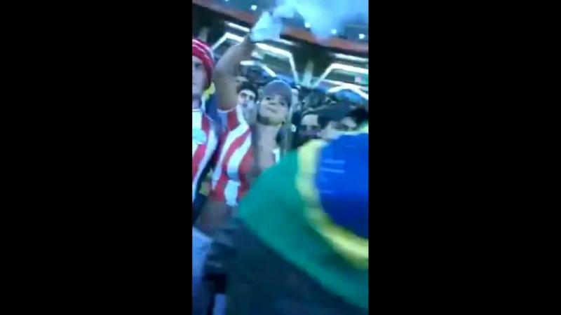 Футбольная фанатка показала голые большие сиськи засветила огромную грудь соски у болельщицы выпали на футболе стадионе не порно