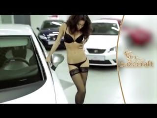 Девушка в чулках и трусиках продает машины