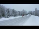 Финский фермер катается на коньках по трассе