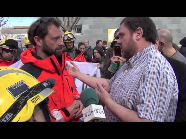 Bombers de la Generalitat sencaren amb Oriol Junqueras (ERC) pel seu suport a les retallades