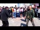 Бомжи танцуют первого мая на площади