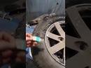 Женщина заклеила колесо пластырем на счастье
