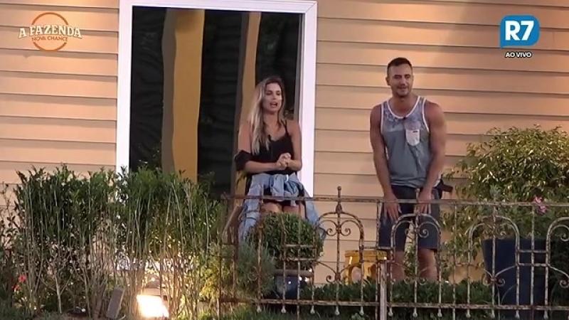 Flávia e Matheus mostram como Roberto Justus dançaria durante uma festa em A Fazenda