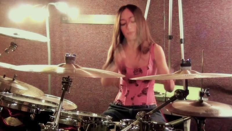 Девушка на ударных исполняет песню группы Evanescence - Call me when youre sober