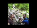 Собака покоряет водопад Кейву