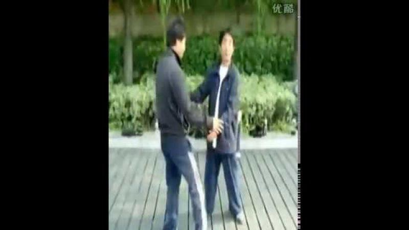 Мастер Лю Хуйю (刘会友), демонстрирует туйшоу.