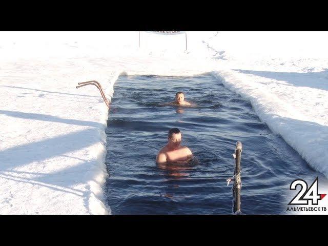 В 17 градусов мороза любители зимнего плавания в Альметьевске покоряют водную ди...