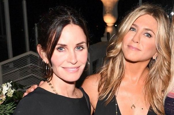 Встреча друзей: Дженнифер Энистон и Кортни Кокс вместе на модном показе