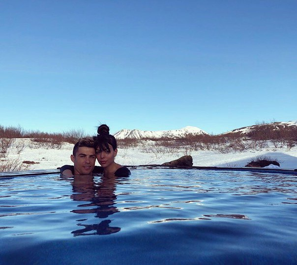 Звездная пара Криштиану Роналду и Джорджина Родригес оставили своих четверых детей на родителей и уехали на курорт в горы. Где именно они отдыхают остается в тайне.