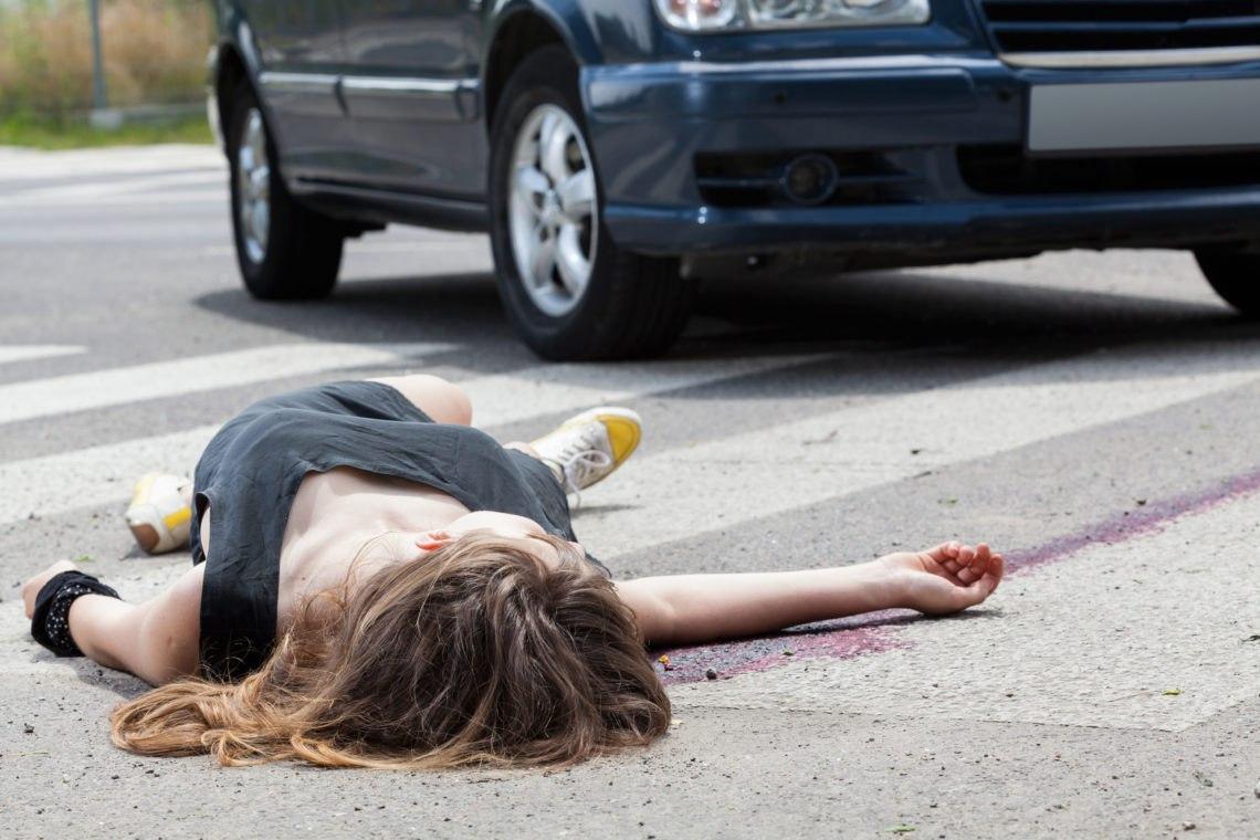 Лихач сбил женщину и даже не остановился, помощь пришла откуда не ждали