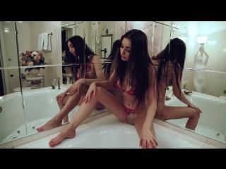 Молодая женщина Хочет в 2018 году секса. Разделась до гола и почти кончила в ванной. Девушка в новой позе хочет нового порно