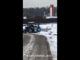 Трактор распыляет духи над свалкой
