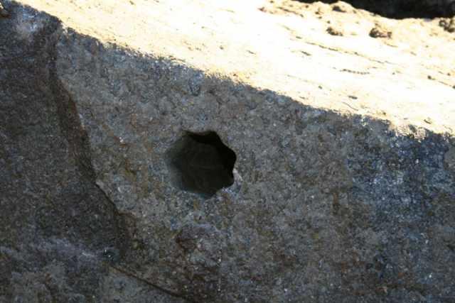 загадочное отверстие в камне