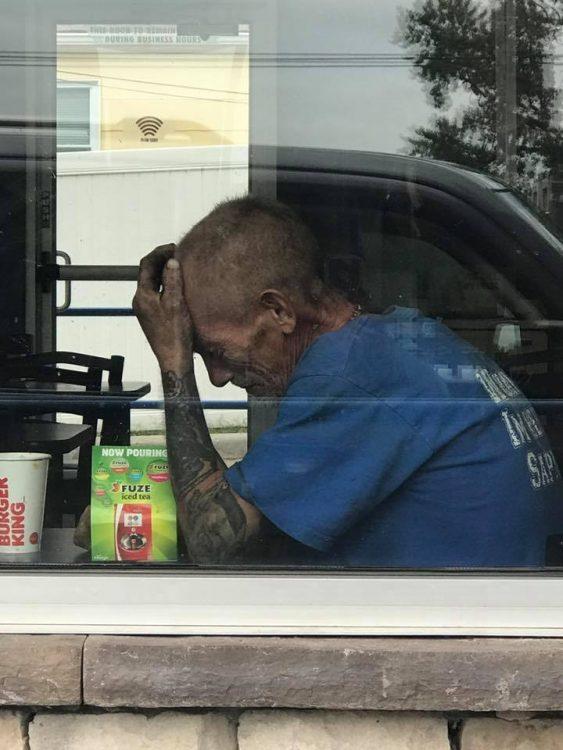 Что заставило плакать бездомного мужчину в ресторане Burger King