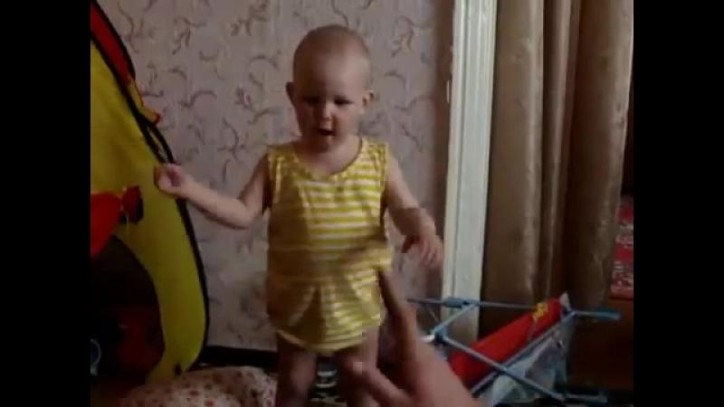 Маленькая девочка разговаривает со своим отцом )