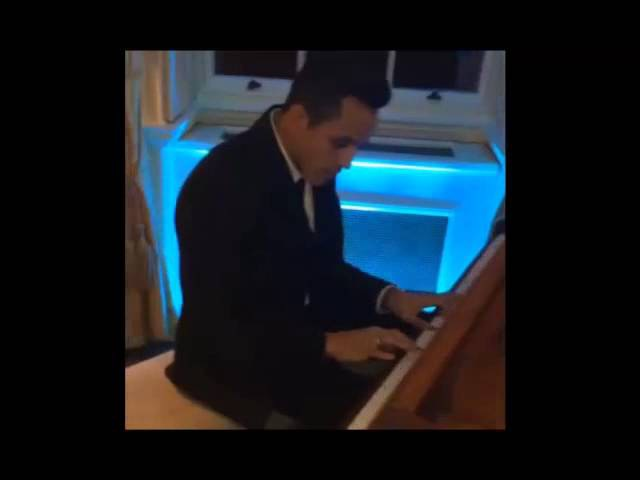 Alexis Sanchez toca el piano Right Here Waiting Serenata Lukas Podolski Brilliant Piano Playing