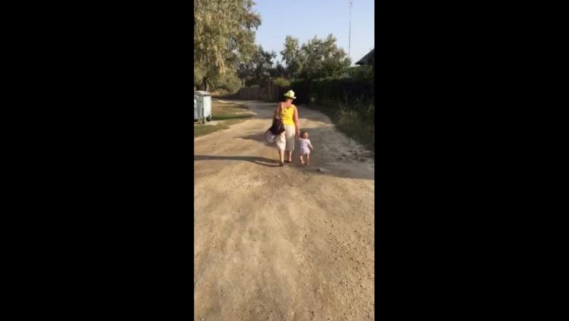 Аня на прогулке с бабушкой