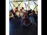 До Нового года осталось совсем чуть-чуть 🙈🎉🎄и наш Дедушка Мороз продолжает активно к нему готовиться ! 😄💪🏻Пора подниматься с див