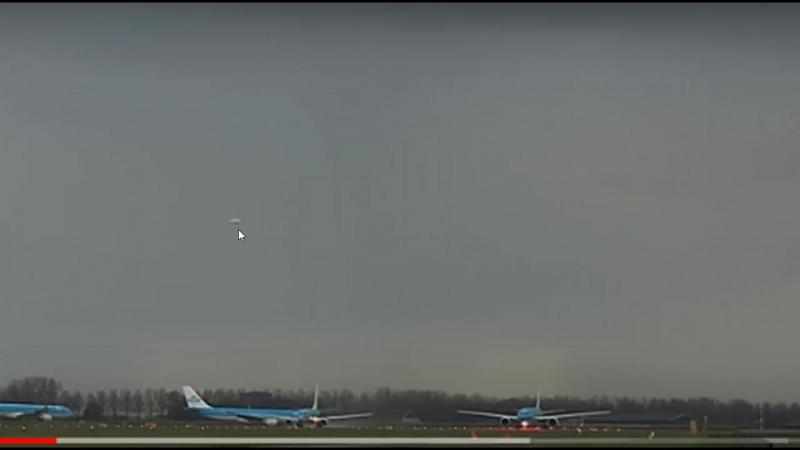 НЛО над аэропортом Амстердама во время взлёта борта KL743