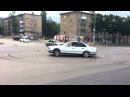 BMW E34 белая дрифт валит боком жжет резину