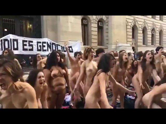 Обнаженные феминистки в Аргентине