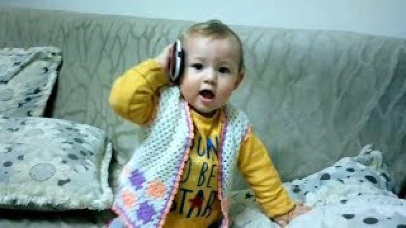 Cep Telefonuyla Konuşan Bebek