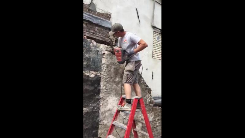 Используй по назначению. Держи инструмент и ломай стену