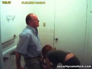 минет в туалете порно видео