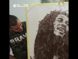 Алжирский художник рисует портреты с помощью кофе, соли и угля