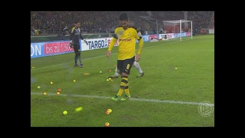 Torcida joga bolinhas de tênis no gramado - Stuttgart 1x3 Borussia Dortmund (09/02/2016)