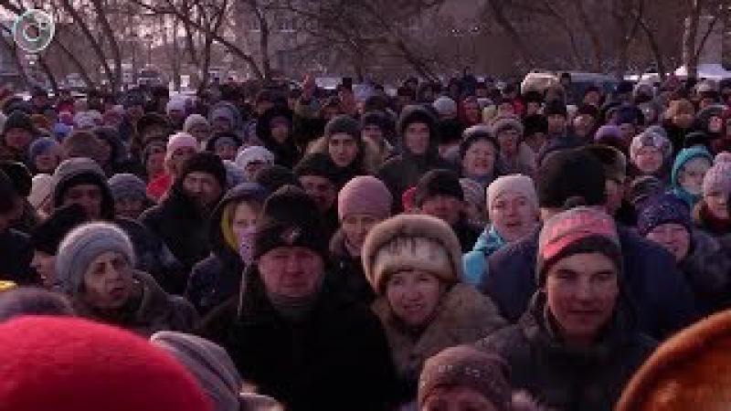 В Колывани сотни людей вышли на митинг у районной администрации. Кто ответит за погибших детей