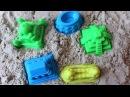 Лепим замок из песка с разноцветными формочками видео для детей
