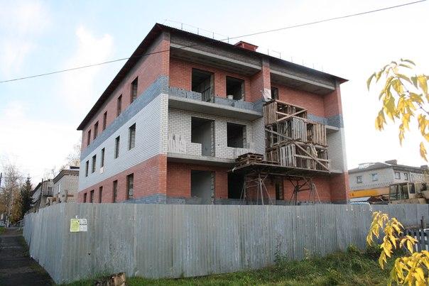 С другой стороны фасада происходит какой-то трешак. Чо за шалаши они тут строили?  14 ноября 2017