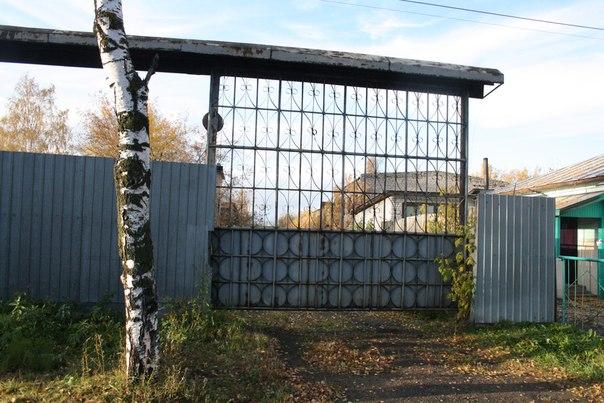 Ох, сколько историй я слышал, что если аккуратно зайти за эти ворота, просочиться мимо собаки, то можно найти целую комнату противогазов и других предметов гражданской обороны.  14 ноября 2017