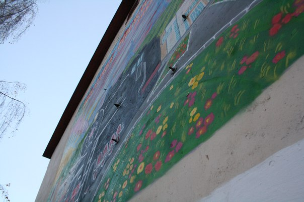 Надеюсь, успею снять это граффити получше. А если нет, то у меня хотя бы будет сведетельство, что на торце четырки оно было.  Кстати, паровоз стоит напротив ФОКа — шиза капец.  14 ноября 2017
