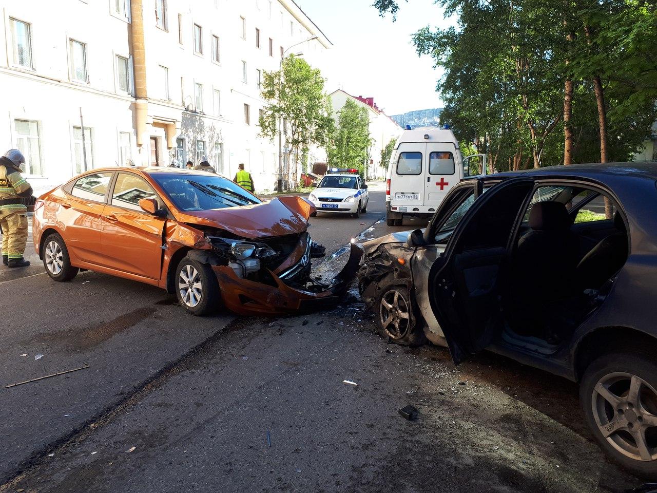 В центре Мурманска девушка на иномарке протаранила две машины